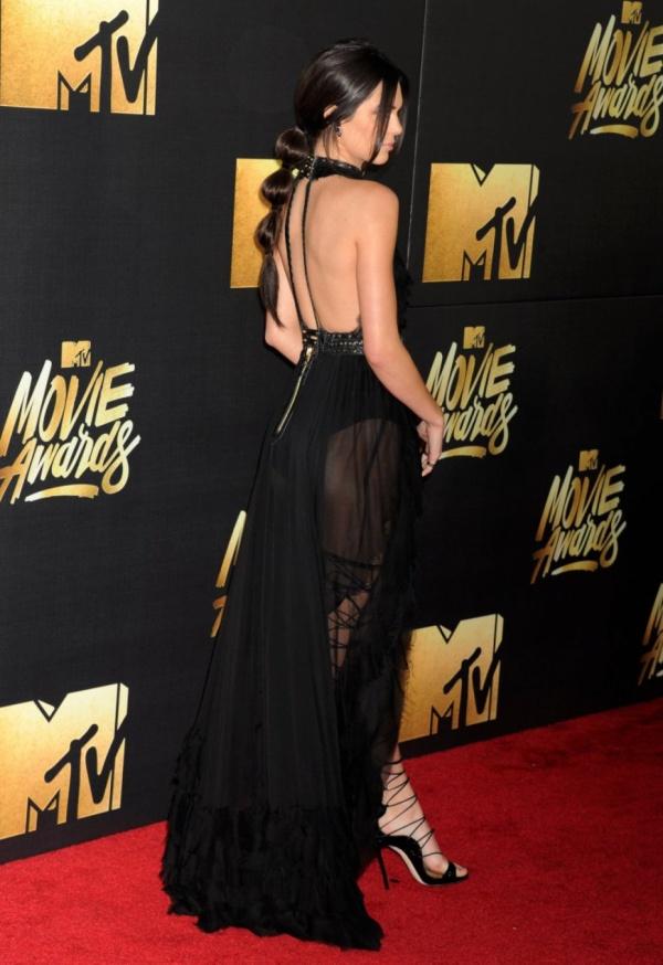 Кендалл Дженнер поразила черным платьем гостей MTV Movie Awards