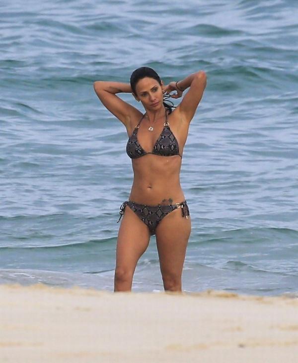 Натали Имбрулья показала идеальное тело в бикини в Сиднее