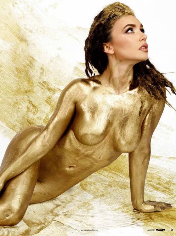 Ольга Серябкина полила себя золотом для фотосессии журнала Maxim