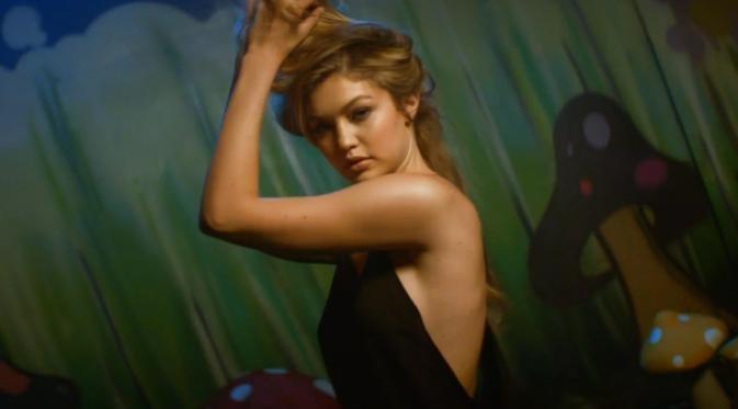 Джиджи Хадади в клипе How Deep Is Your Love. 5 сочных кадров