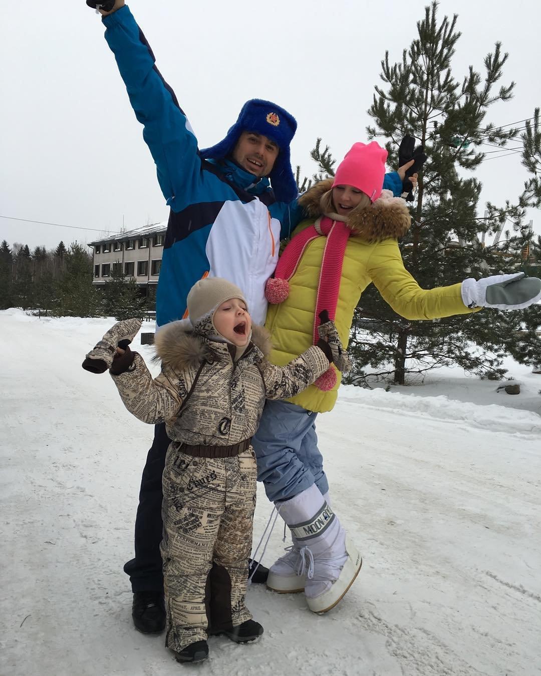 Беременная Дарья Пынзарь отдыхает с мужем и сыном в ...: http://zvezdi.ru/news/house/40-beremennaya-darya-pynzar-otdyhaet-s-muzhem-i-synom-v-sorochanah.html