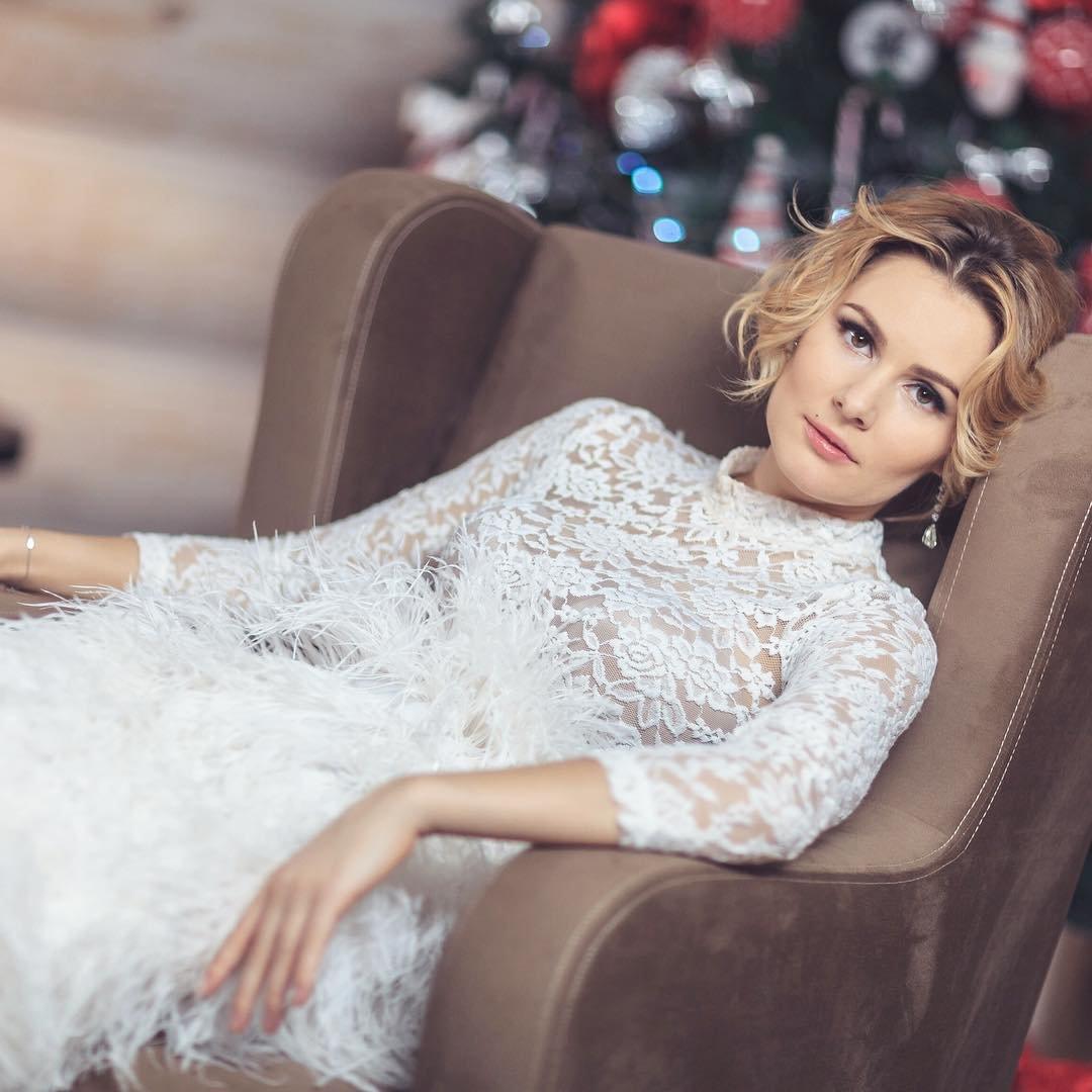Мария Кожевникова показывает умение сесть на шпагат в новом телешоу