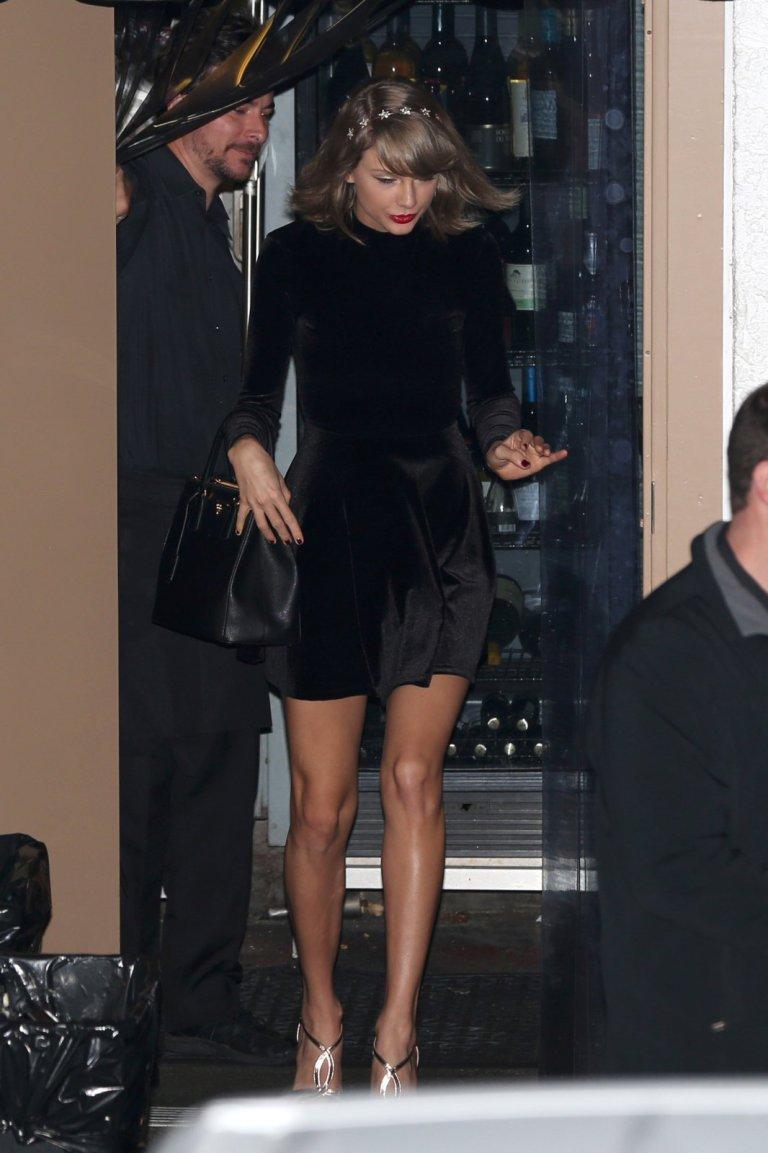 Тейлор Свифт блеснула в чёрном вельветовом платье