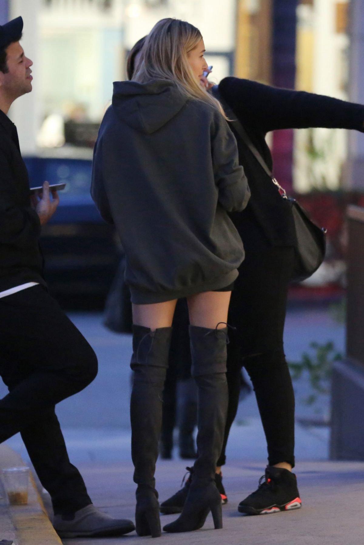 Хейли Род Болдуин удивила мешковатым платьем и ботфортами