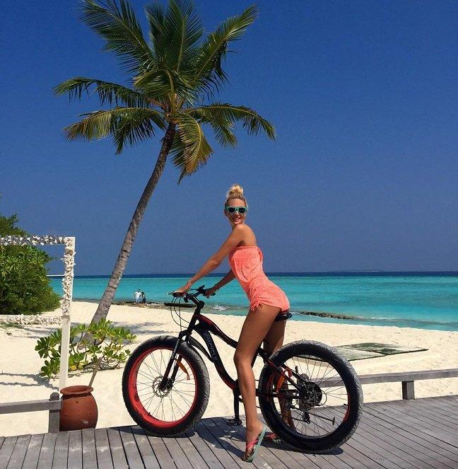 Длинные ноги Виктории Лопыревой манят отдыхающих на Мальдивах