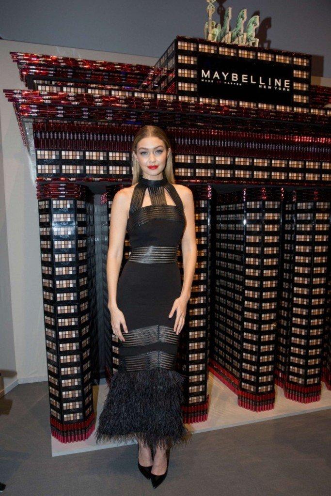 Джиджи Хадид посетила показ мод в роскошном платье