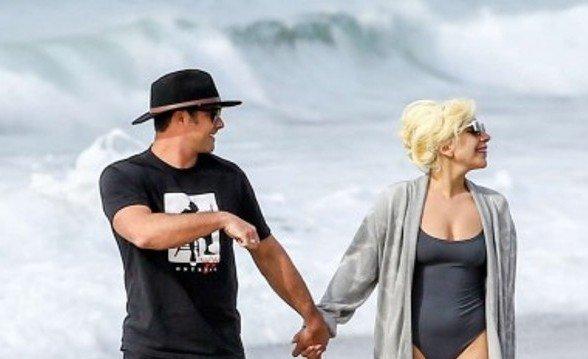 Думаете нельзя носить купальник и сапоги? Леди Гага думает иначе