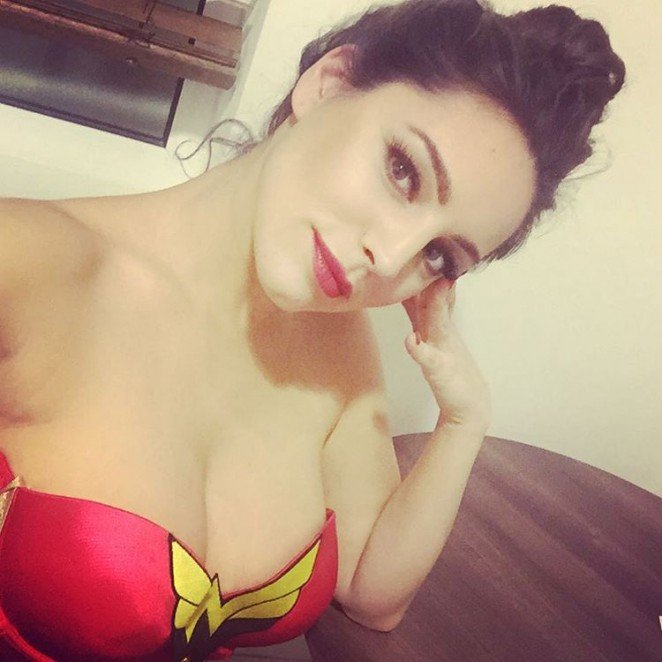 Келли Брук примерила образ Супер-Вумен