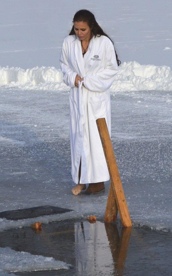 Елена Галицына отважилась окунуться в прорубь на Крещение