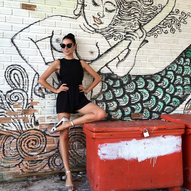 Ирена Понарошку демонстрирует черный стиль для Тайских улиц