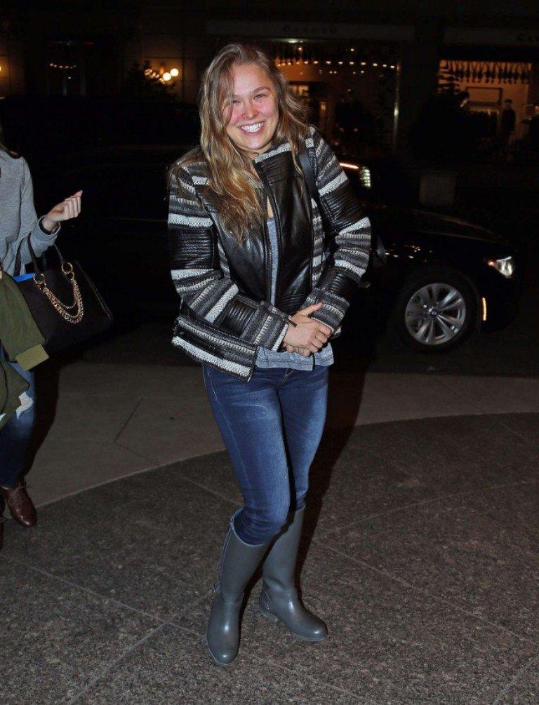 Ронда Раузи носит резиновые сапоги
