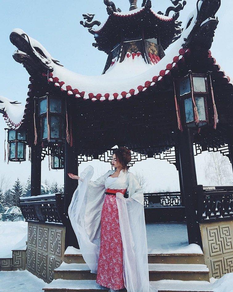Алена Водонаева в яркой зимней фотосессии