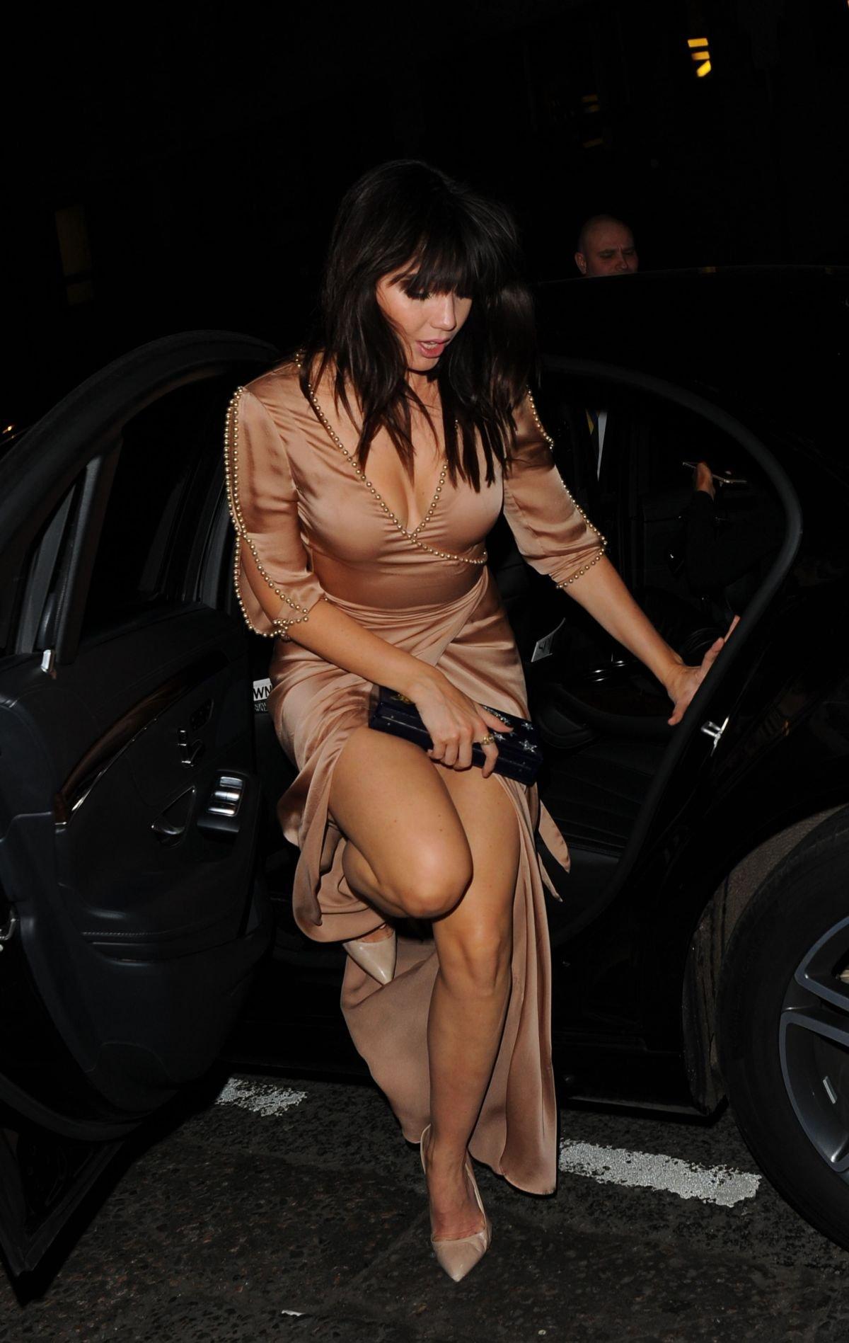 Дейзи Лоу пришла на благотворительный ужин в платье телесного цвета