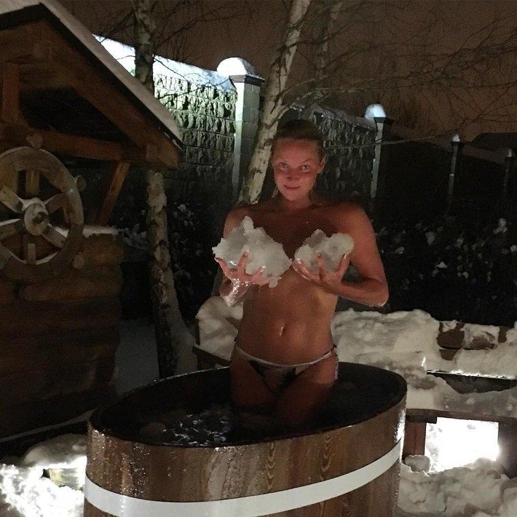 Нагая Анастасия Волочкова купается в сугробе снега