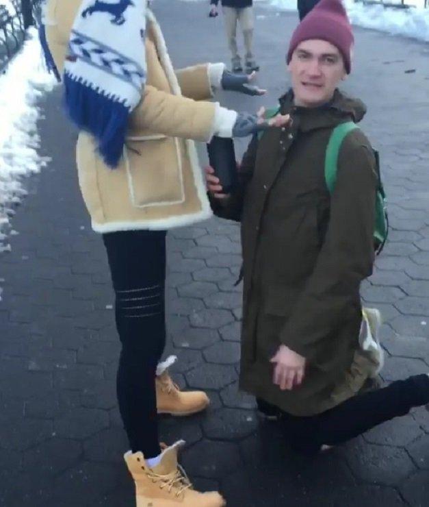 Участники Комеди Вумен распугивают прохожих на улицах