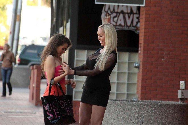 Алишия Арден и Мари Кери устроили шоу с переодеванием прямо на улице