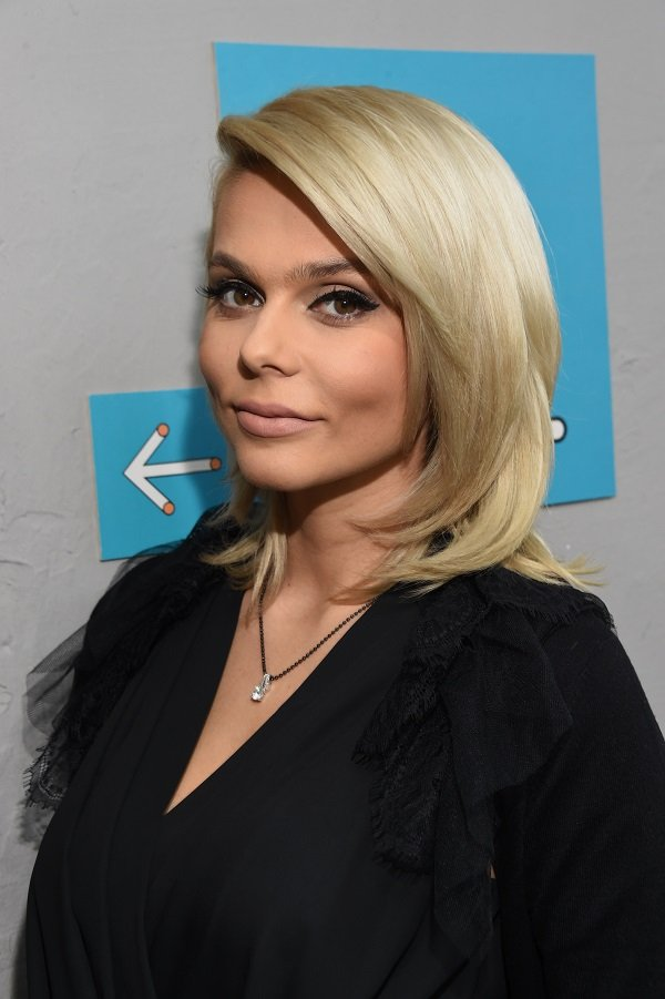 Блондинка в черном Ксения Новикова отвела детей в музей
