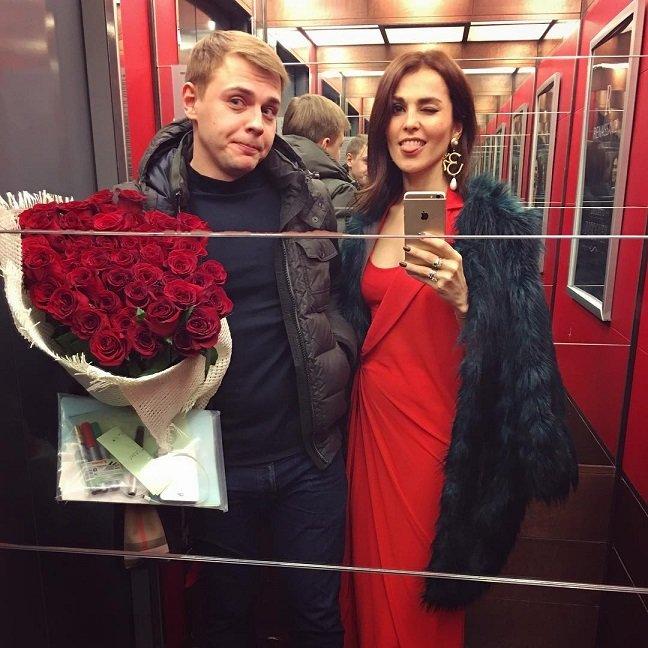 Сати Казановой выбрала красное платье для выступлении в Казахстане