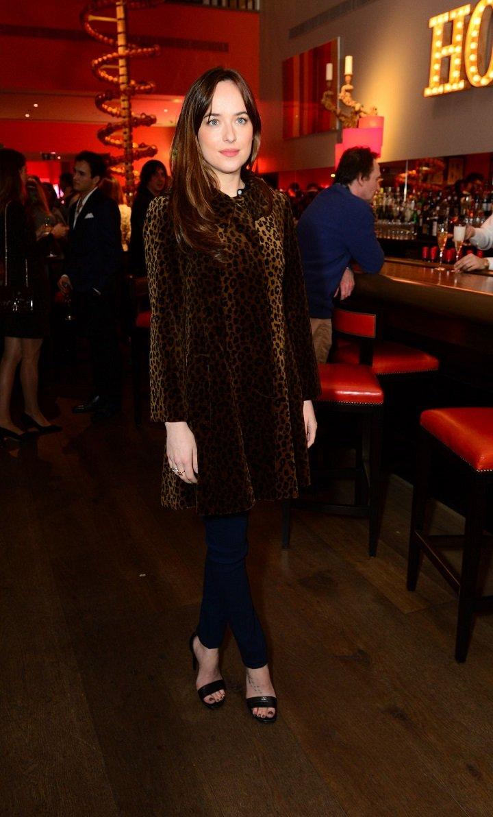 Дакота Джонсон появилась в безвкусном леопардовом пальто