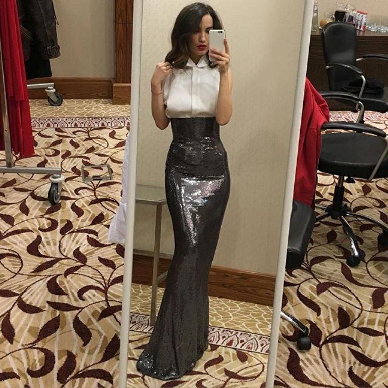 Виктория Дайнеко показывает шикарную фигуру и шикарные платья