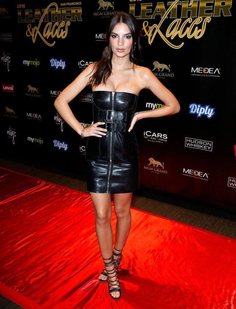 Эмили Ратаковски поразила фигурой в чёрном, кожанном платье