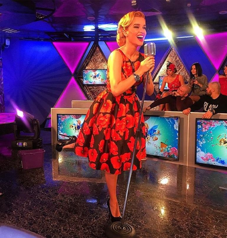 Ксения Бородина провела эфир в винтажном образе