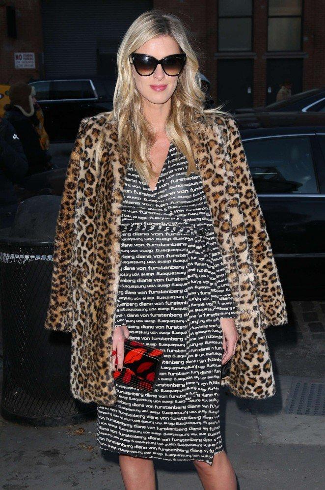 Исписанное платье Ники Хилтон на показе мод в Нью-Йорке