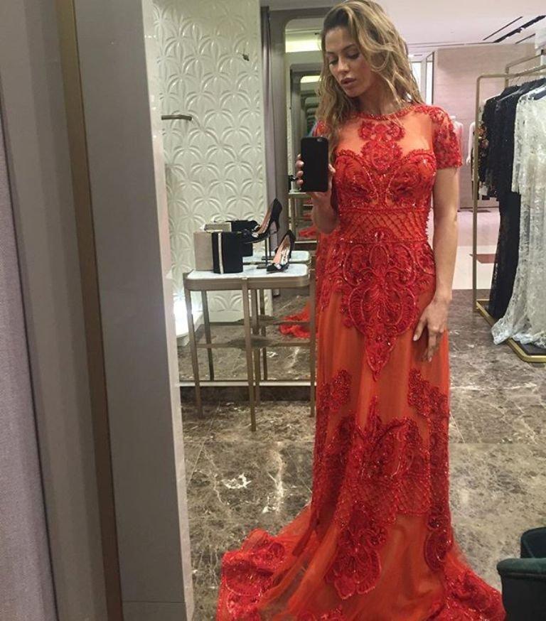 Виктория Боня растерялась, выбирая платья
