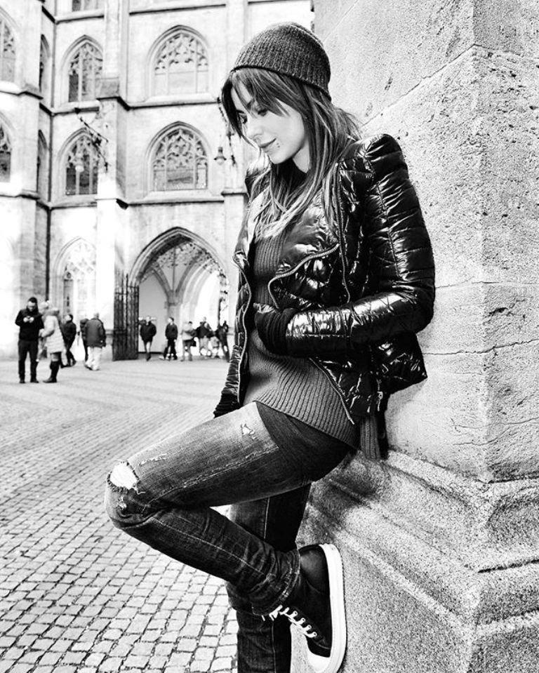 Ани Лорак гуляет по Берлину в одежде для подростка