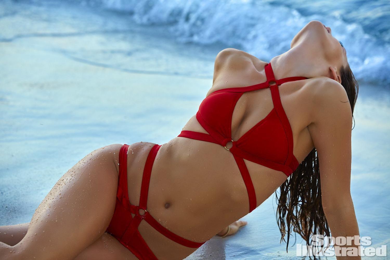 Изящные формы и позы Эмили Ди Донато в Sports Illustrated