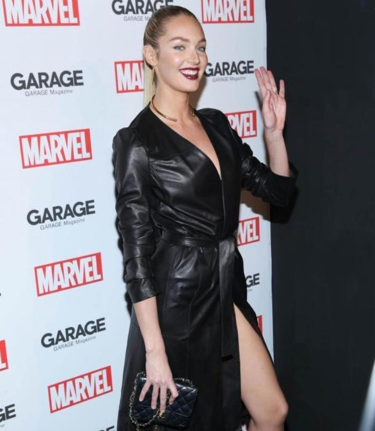Карли Клосс решила не заморачиваться с выбором платья и пришла на вечеринку в кожанном плаще