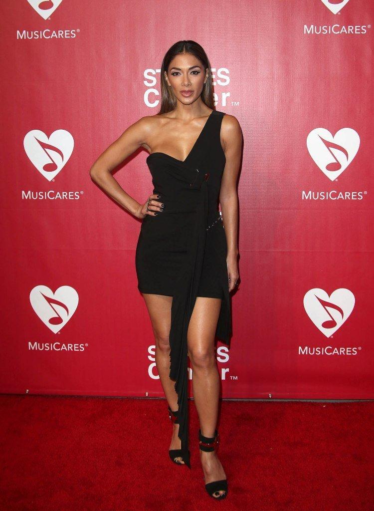 Николь Шерзингер прибыла на the 2016 MusiCares Person Of The Year Awards в потрясающем платье