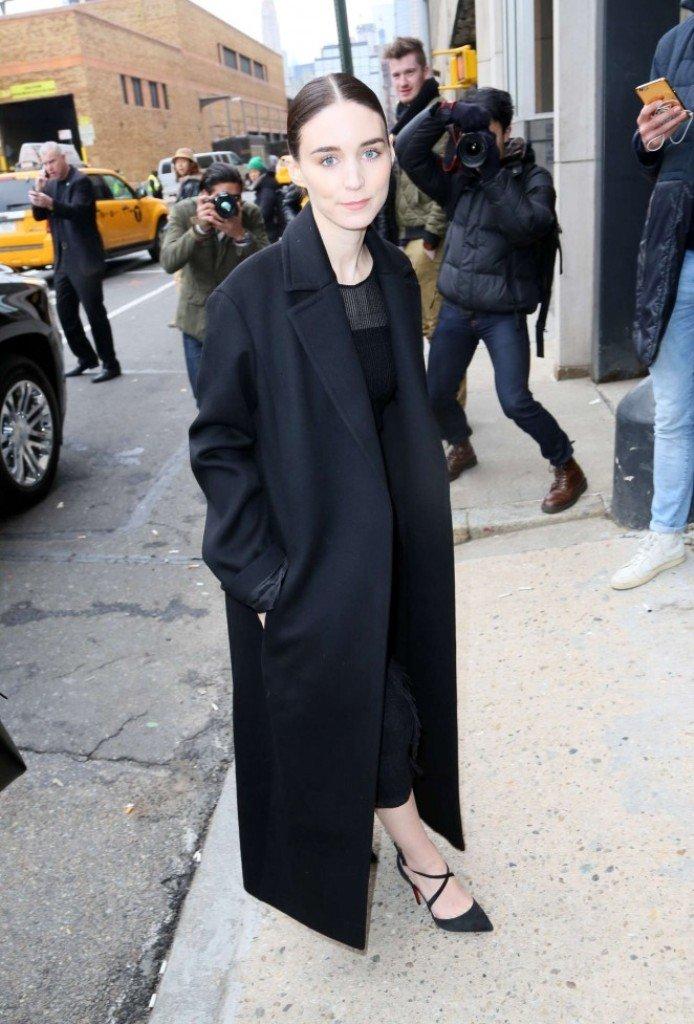 Руни Мара пришла на BOSS Women Fall 2016 Fashion Show в очень скромном наряде