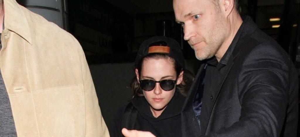 Кристен Стюарт встретила фотографов в аэропорту и снова показала свой ужасный, неопрятный стиль