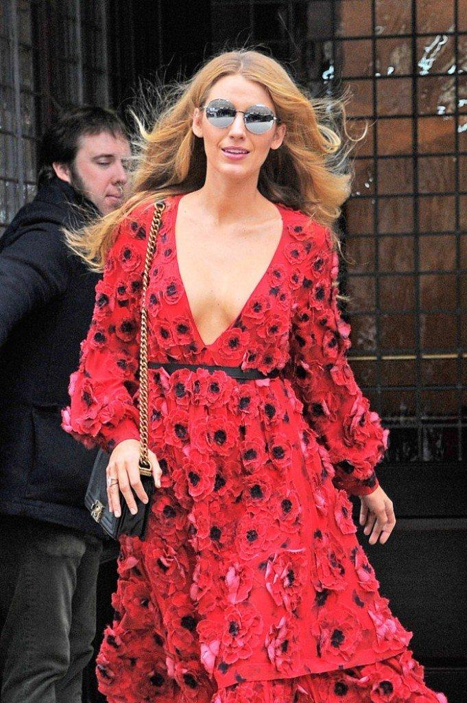 Блейк Лайвли попала под вспышки фотокамер в шикарном красном платье, расшитом цветами