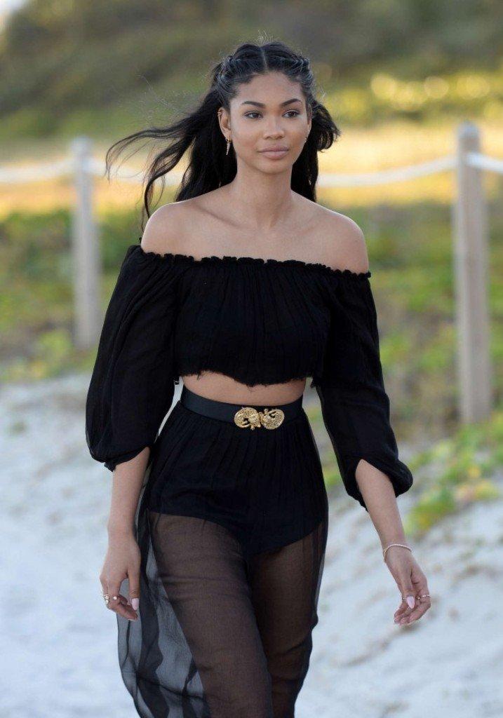 Шанель Иман вышла на пляж в шифоновой юбке и интересном топике