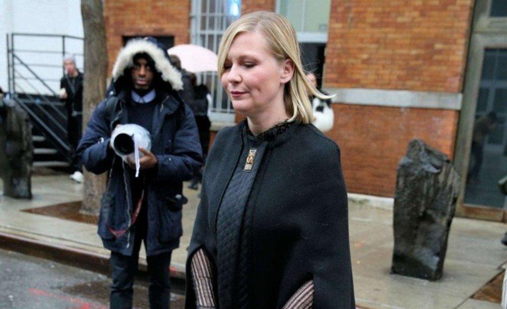 Кирстен Данст показала бледные ножки в платье-балахоне