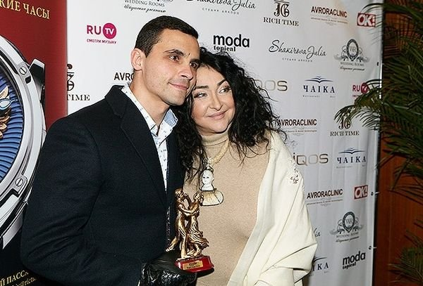 Постройневшая Лолита Милявская в стильном наряде вышла в свет со своим молодым супругом