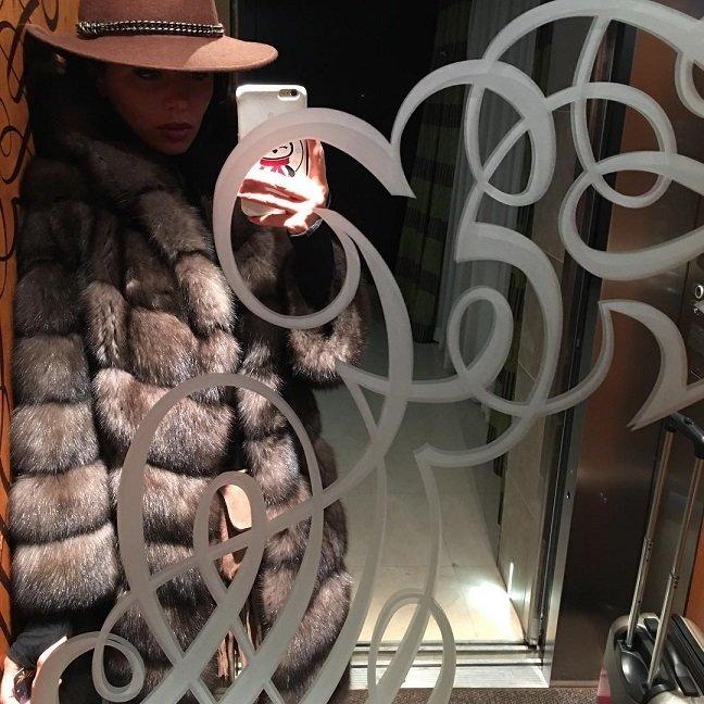 Анна Седокова утеплилась на зиму новой меховой шубкой
