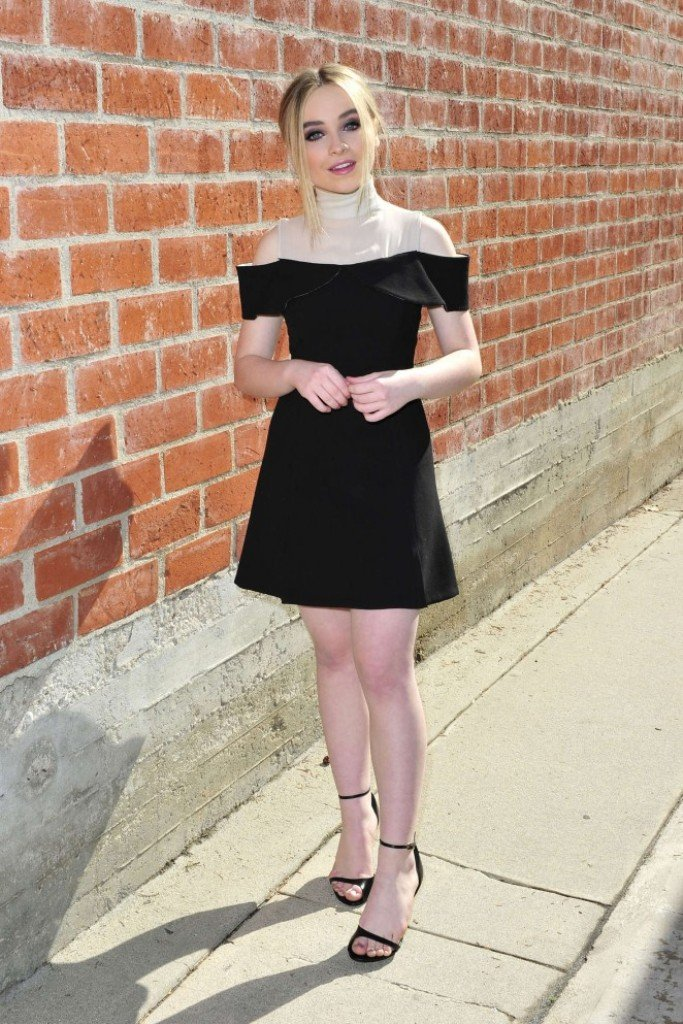 Сабрина Карпентер одела платье, в котором стала и барабанщицей и школьницей