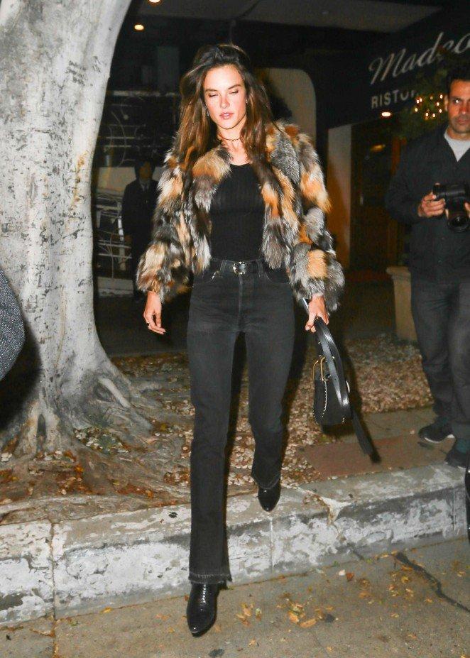 Алессандра Амбросио одела в ресторан пестрый полушубок