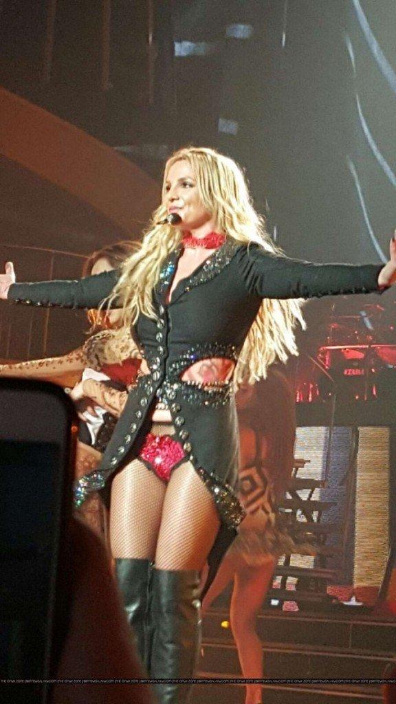 Бритни Спирс устроила настоящее шоу и показала шикарные костюмы