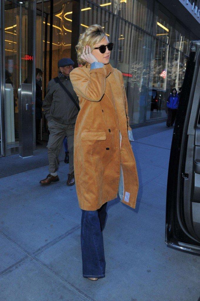 Кейт Хадсон одела вельветовый плащ интересной расцветки