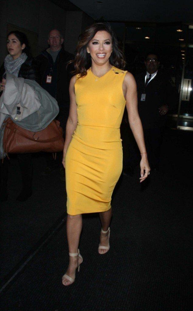 Ева Лонгория посетила шоу в красивом и ярком платье
