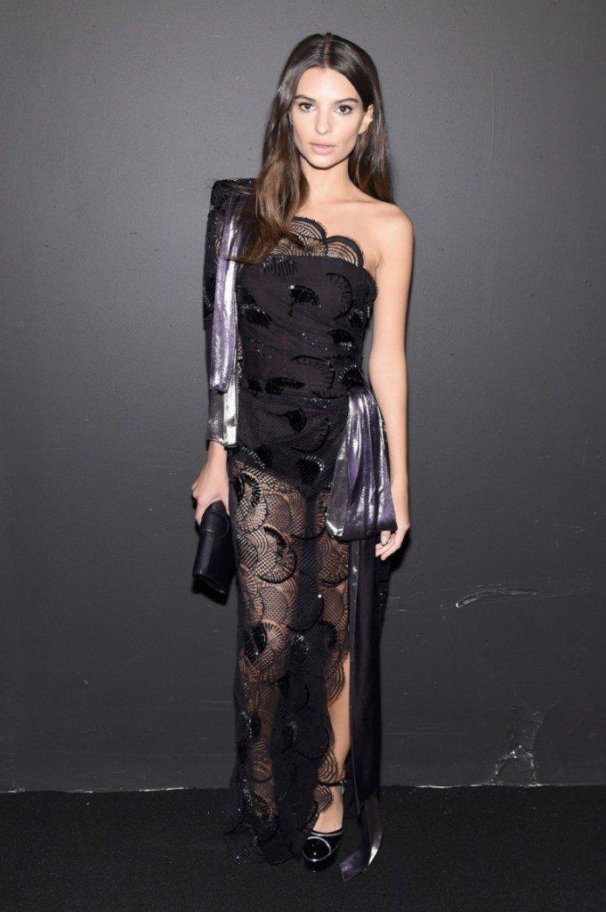 Модель Эмили Ратаковски посетила модный показ в боди и кружеве