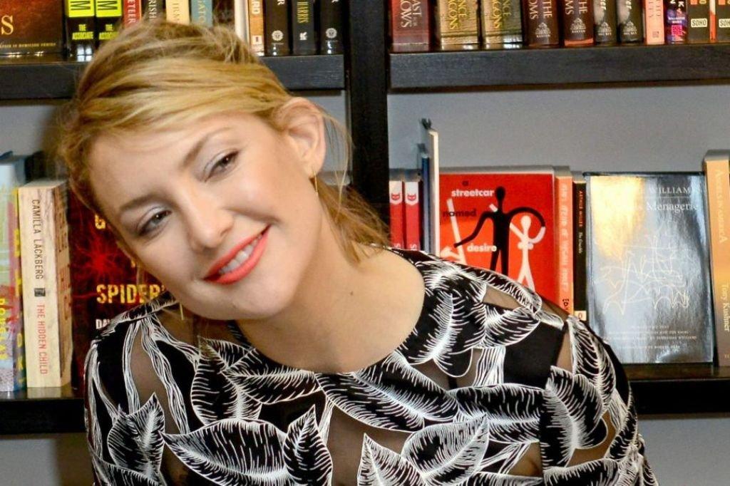 Кейт Хадсон представила свою книгу в очень стильном платье