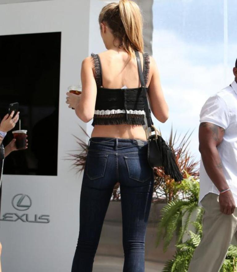 Кейт Бок показала с чем носить топ из бахромы
