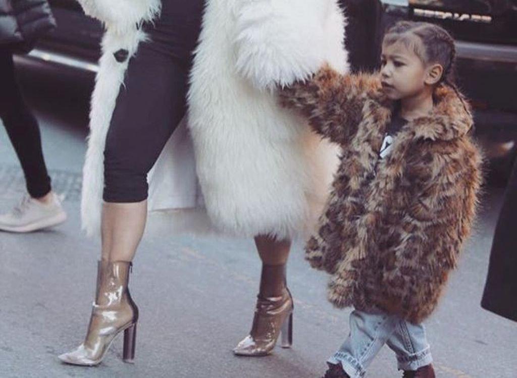 Ким Кардашян одевает свою дочку в шубы