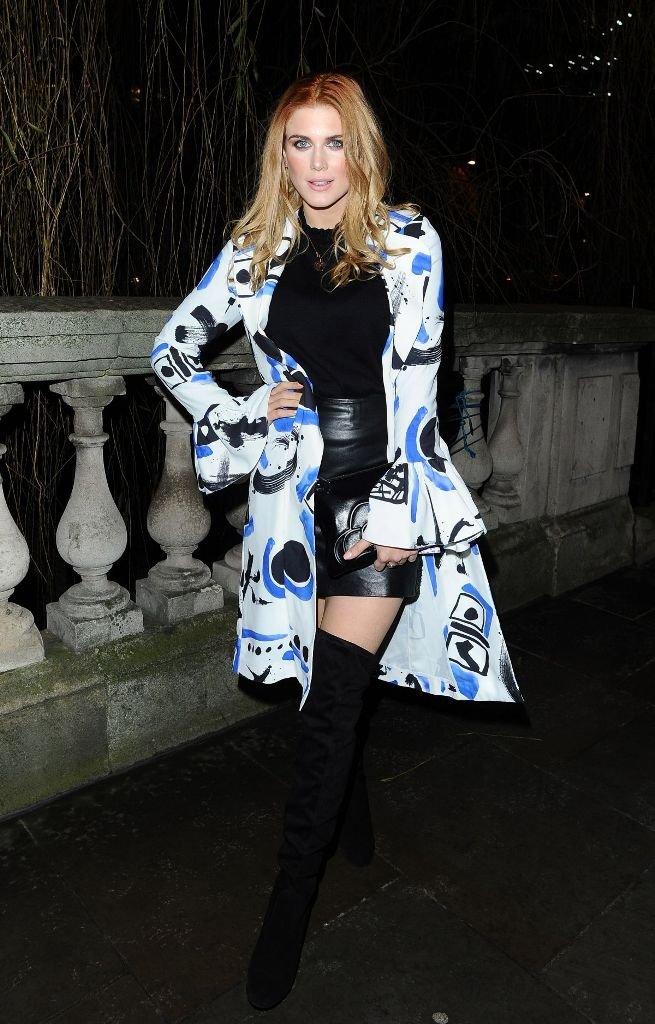 Модель Ешли Джеймс в вызывающем наряде пришла на модное шоу