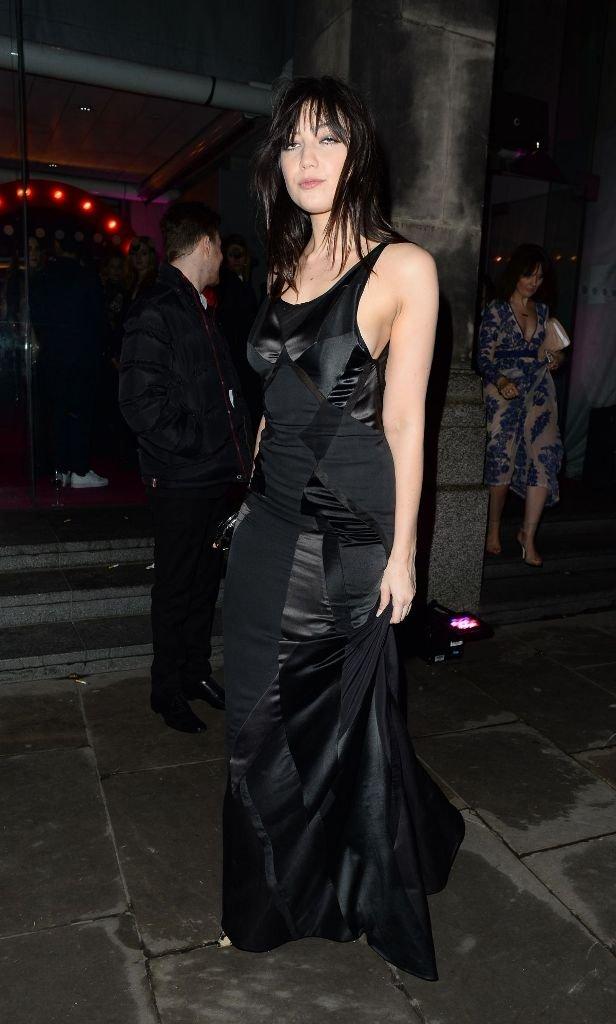 Дэйзи Лоу прибыла на вечеринку в мрачном образе и длинном платье
